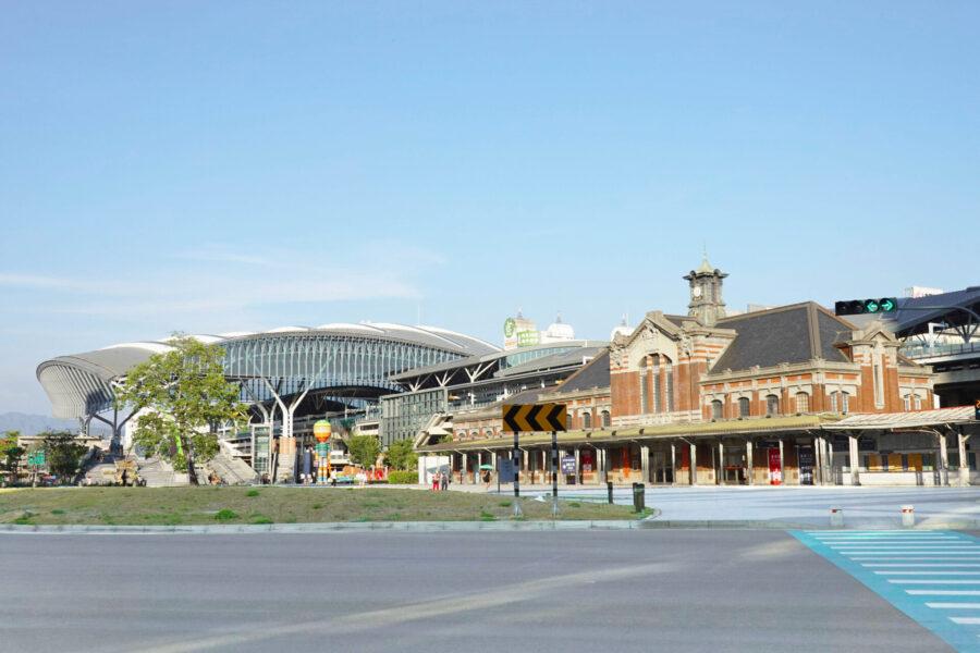 新台中火車站 (左:新駅舎 右:旧駅舎)